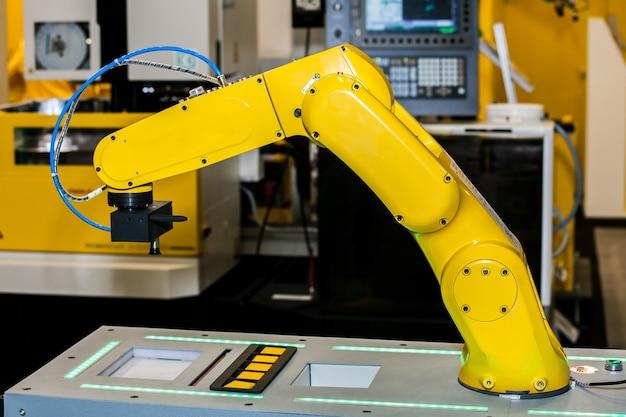 Usinagem cnc totalmente automatizada com robô de manuseio