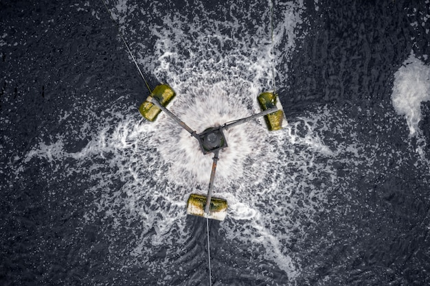 Uso da turbina de água para desperdiçar água na vista aérea industrial da fábrica