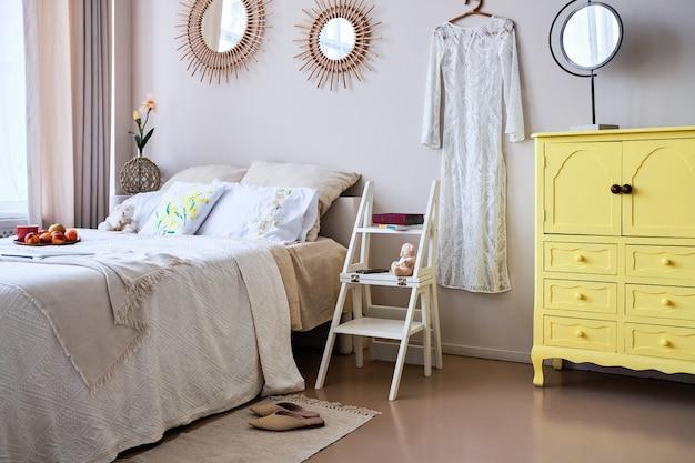 Uso de cadeira dobrável de escada no quarto