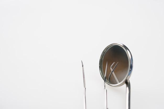 Uso de ferramentas dentais para dentista no consultório ou clínica.