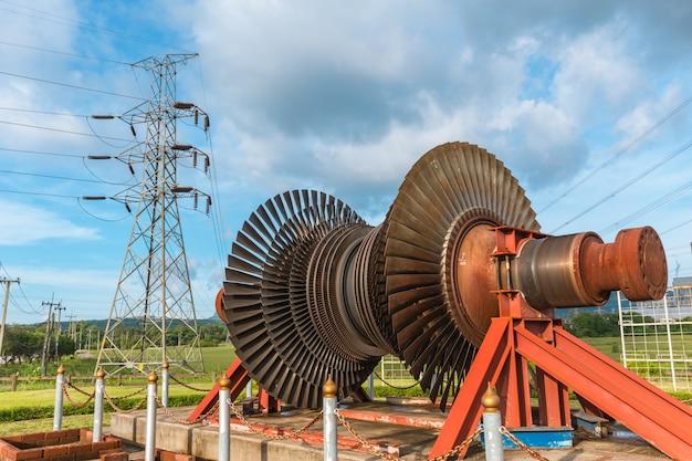 Uso de lâmina de metal de turbina a vapor na exibição da estação de energia na usina de mae moh lampang tailândia