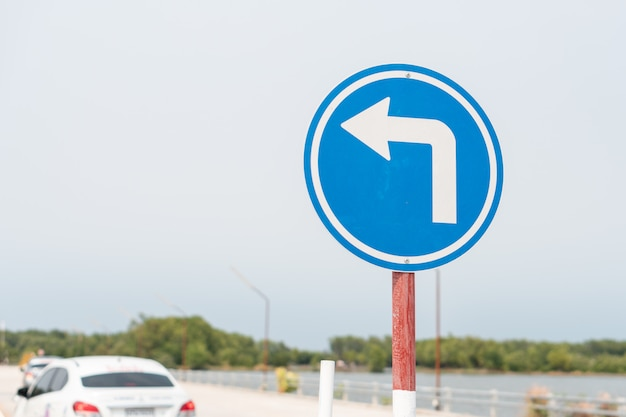 Uso de sinal de trânsito azul para teste de unidade de carro e prática na escola de condução