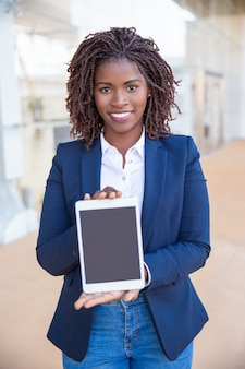 Usuário alegre feliz, apresentando cópia espaço na tela do tablet