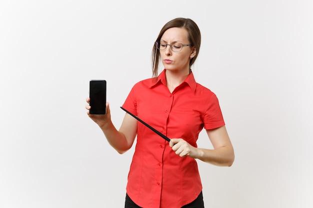 Usuário de mulher estrito severo professor sério na camisa vermelha segurar o telefone móvel inteligente com a tela em branco vazia para copiar o espaço isolado no fundo branco. ensino de educação no conceito de universidade do ensino médio.
