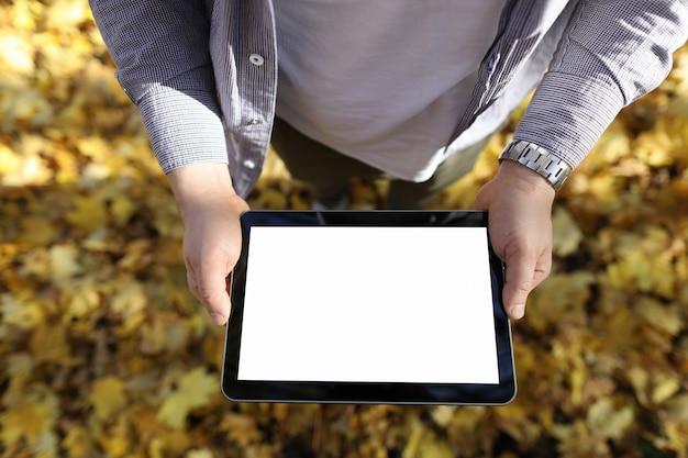 Usuário do tablet ao ar livre