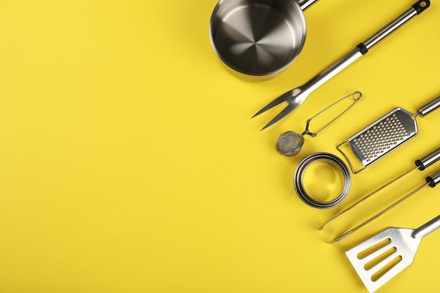 Utensílio de cozinha em fundo amarelo, espaço para texto.