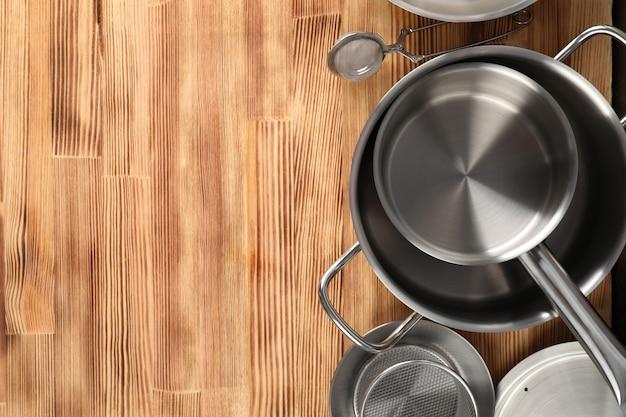 Utensílio de cozinha na mesa de madeira, espaço para texto.