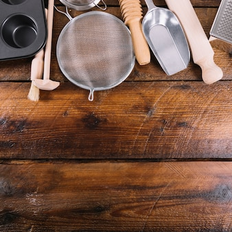 Utensílio de cozinha para assar bolo na mesa de madeira