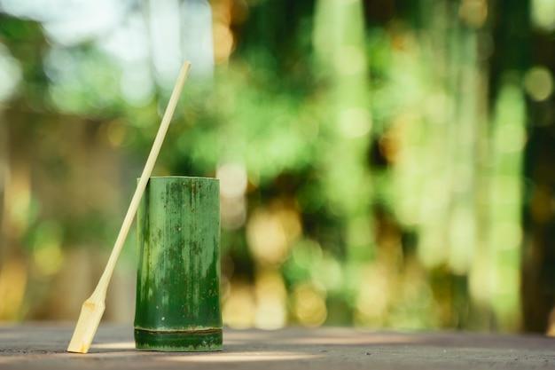 Utensílio natural como recipiente para líquidos. reutilize e recicle copos orgânicos. copo artesanal e colher com madeira de bambu.