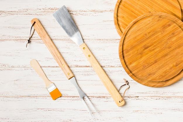 Utensílio para cozinhar na mesa de madeira