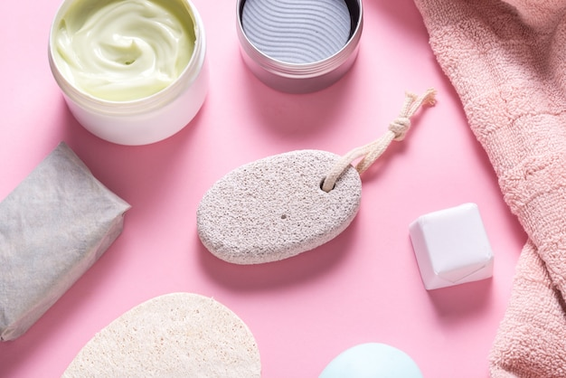 Utensílios de banho, toalha, creme e sabonete na mesa do banheiro