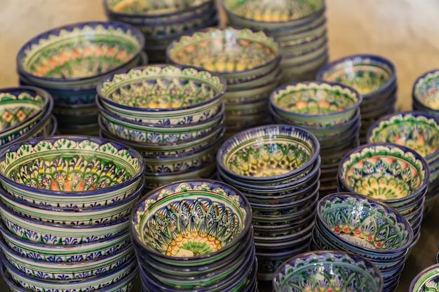 Utensílios de cerâmica tradicional uzbeque - pratos e tigelas