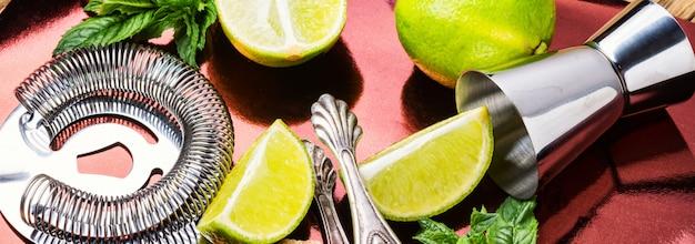 Utensílios de coquetel e bar mojito fresco.mojito coquetel com hortelã e limão
