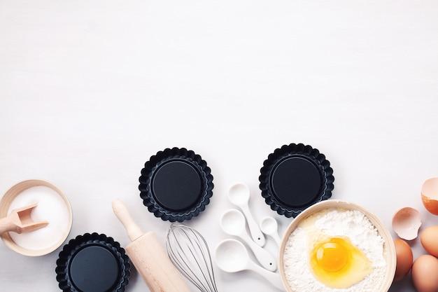 Utensílios de cozimento e ingredientes de cozinha para tortas, biscoitos, massa e pastelaria.