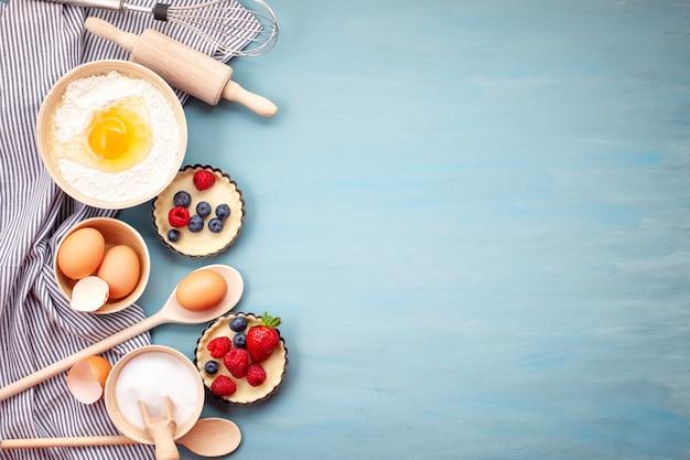 Utensílios de cozimento e ingredientes de cozinha para tortas, biscoitos, pastelaria.