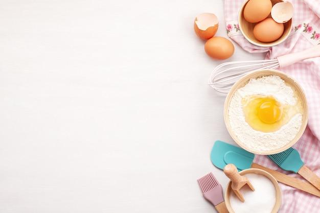 Utensílios de cozimento e ingredientes de cozinha para tortas e pastelaria.