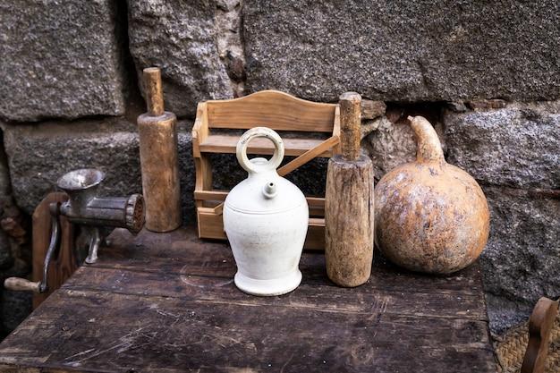 Utensílios de cozinha antigos em uma mesa de madeira