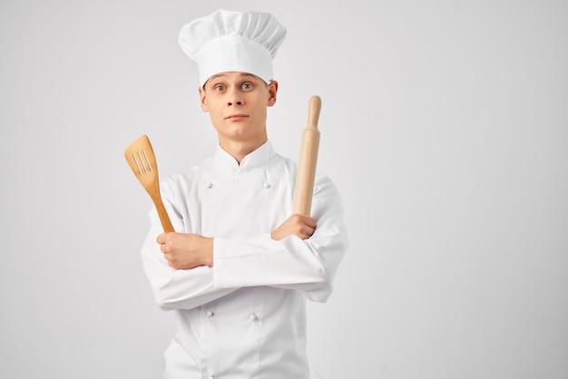 Utensílios de cozinha chef masculino nas mãos da cozinha