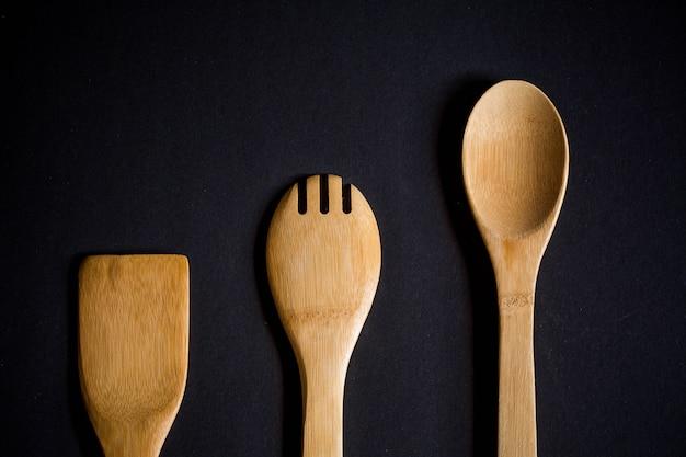 Utensílios de cozinha, colher, garfo e espátula de madeira