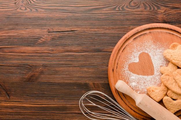 Utensílios de cozinha com biscoitos para dia dos namorados