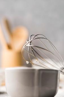 Utensílios de cozinha de close-up com batedor