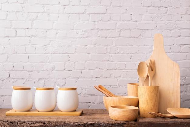 Utensílios de cozinha de madeira colocados na mesa.