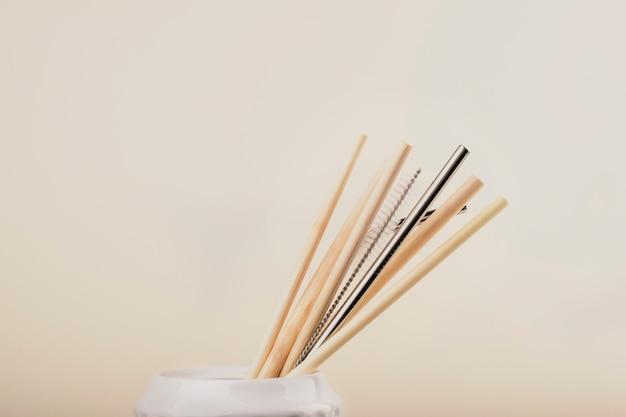 Utensílios de cozinha de madeira reutilizáveis, tubos de trigo. conceito de desperdício zero, itens ecológicos.