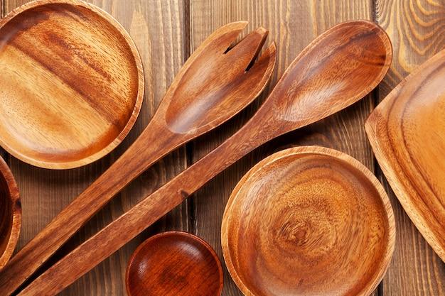 Utensílios de cozinha de madeira sobre fundo de mesa de madeira
