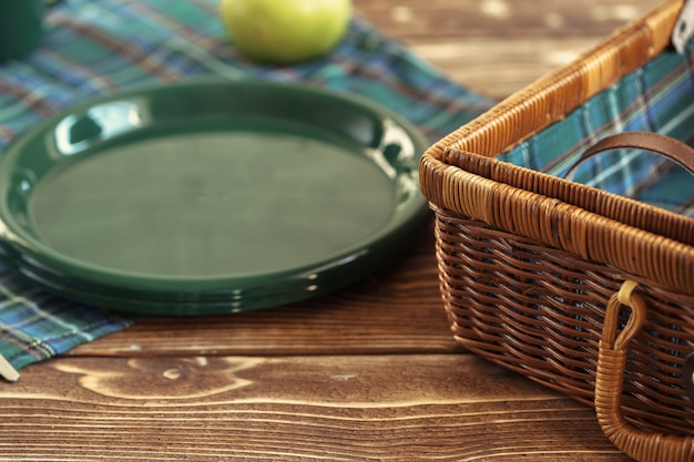 Utensílios de cozinha de plástico verde em uma mesa de perto
