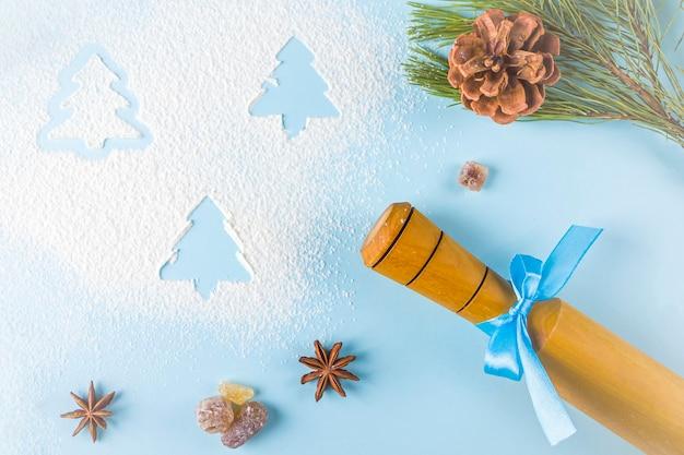 Utensílios de cozinha e decorações com farinha em fundo azul