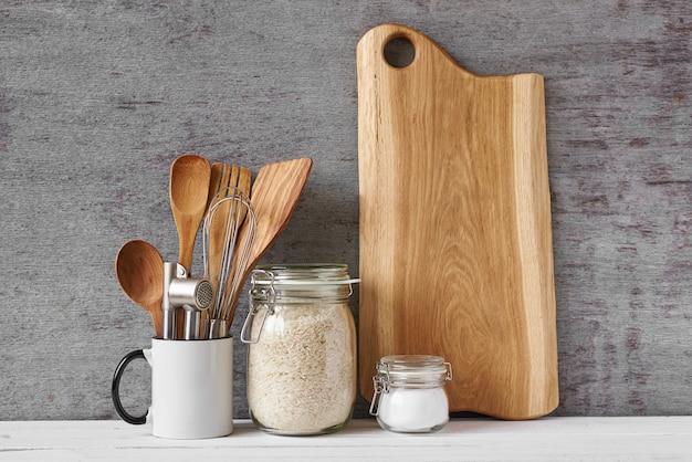 Utensílios de cozinha e tábua de corte