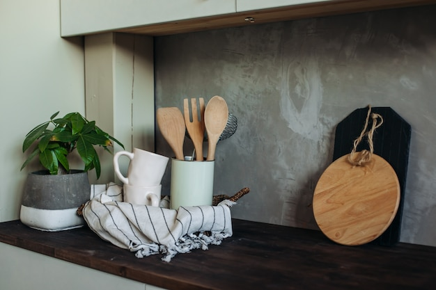 Utensílios de cozinha em cima da mesa na cozinha. utensílios de cozinha.