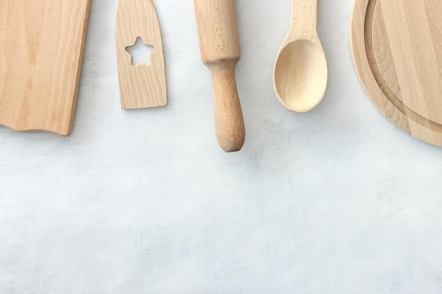 Utensílios de cozinha em madeira. conjunto variado de utensílios de cozinha de madeira