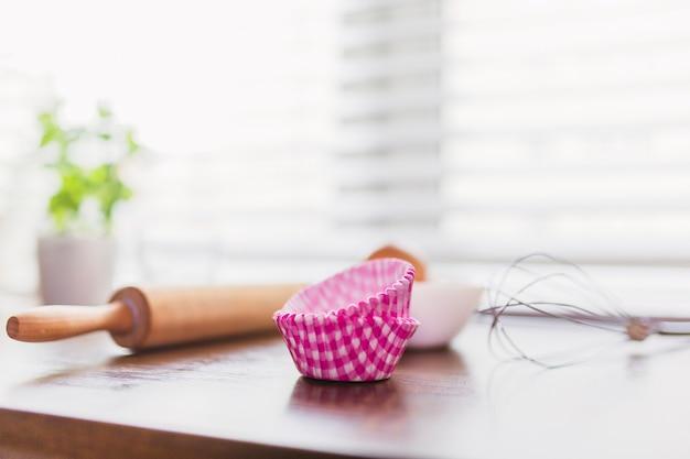 Utensílios de cozinha em mesa de madeira