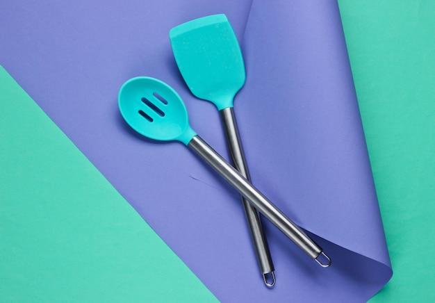 Utensílios de cozinha em papel colorido