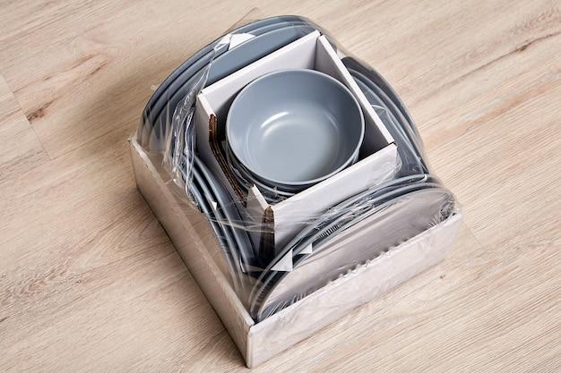 Utensílios de cozinha em pedra cerâmica revestidos com esmalte fosco, entregues ao comprador em caixa.