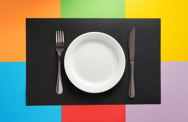 Utensílios de cozinha em um fundo colorido abstrato