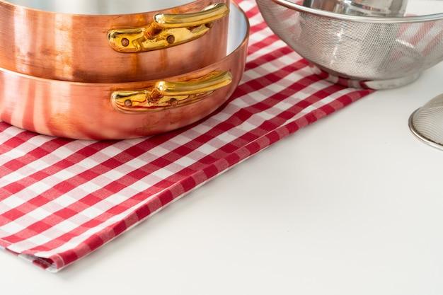 Utensílios de cozinha em uma mesa de cozinha moderna casa