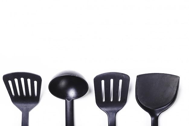 Utensílios de cozinha isolados no branco