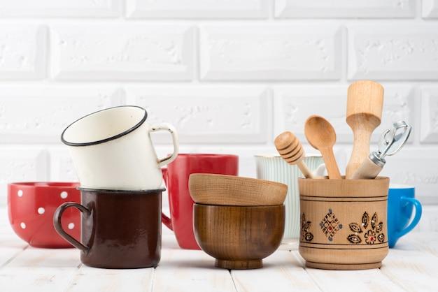 Utensílios de cozinha na mesa da cozinha