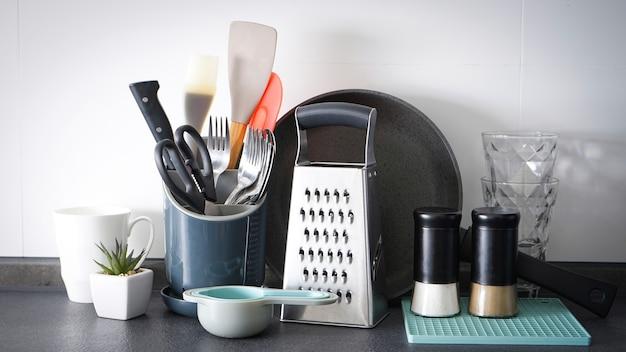 Utensílios de cozinha na parede da cozinha, close-up.