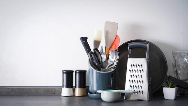 Utensílios de cozinha na parede da cozinha. lugar para texto.