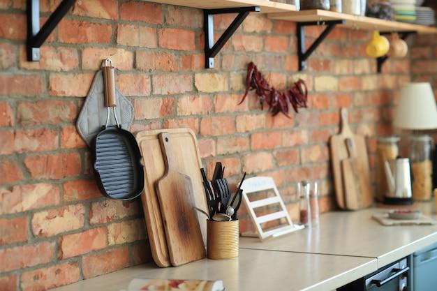 Utensílios de cozinha na parede