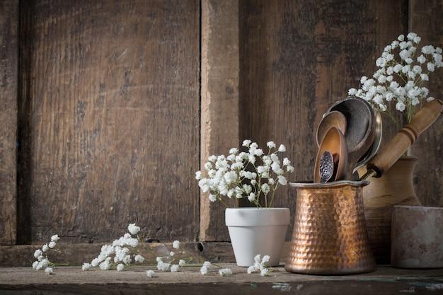 Utensílios de cozinha no antigo espaço de madeira