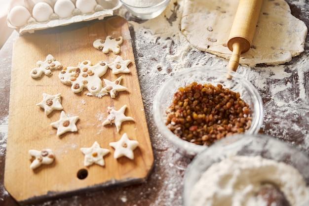 Utensílios de cozinha para assar e formatos de biscoitos prontos