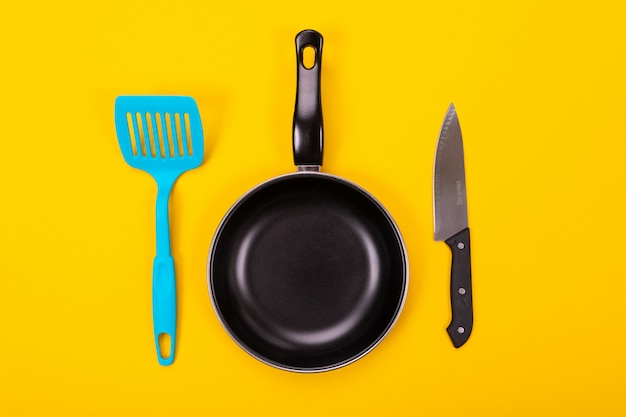 Utensílios de cozinha para cozinhar na cozinha isolada com copyspace