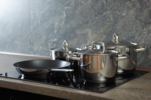 Utensílios de cozinha para cozinhar no interior da cozinha
