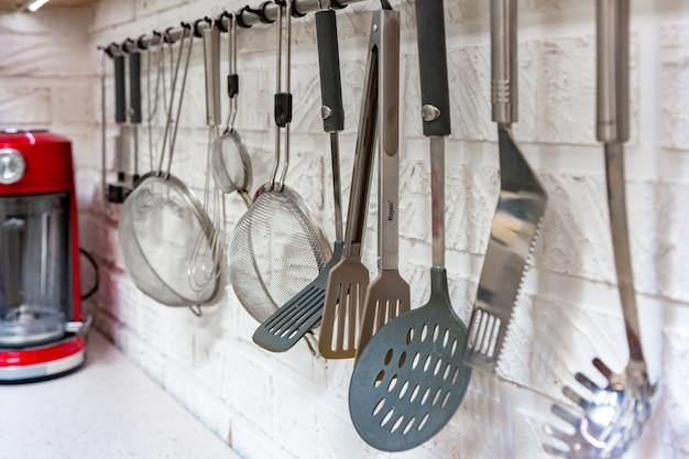 Utensílios de cozinha pendurado em branco