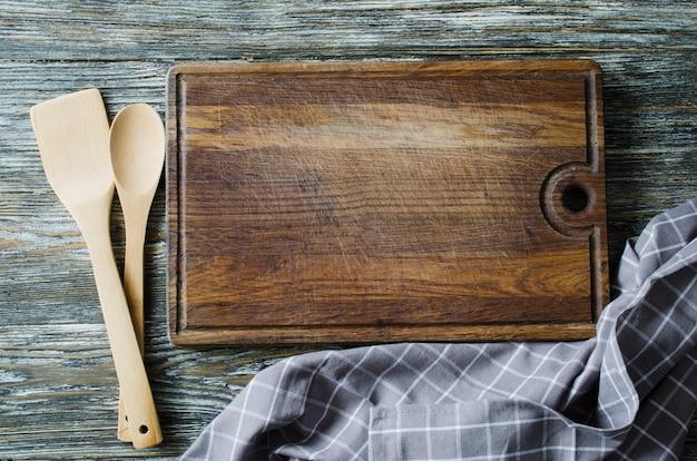 Utensílios de cozinha rústico na mesa de madeira vintage.