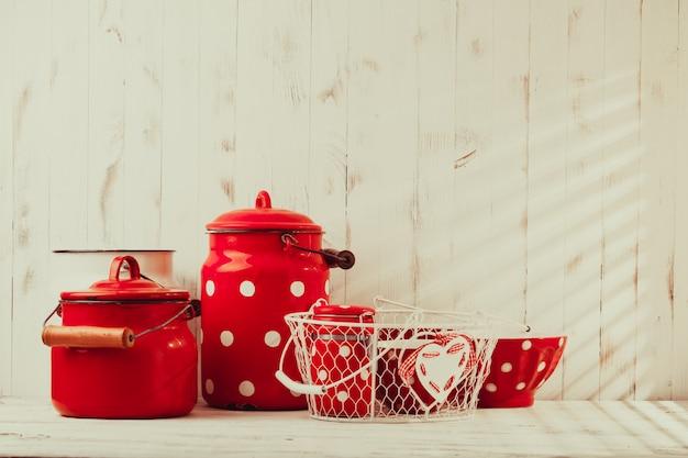 Utensílios de cozinha vintage de bolinhas vermelhas em uma talha branca